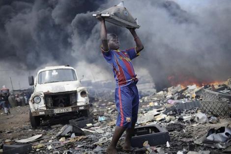 Un niño en el horrible y tóxico vertedero de Agbogbloshie, Ghana. |Kai Löffelbein